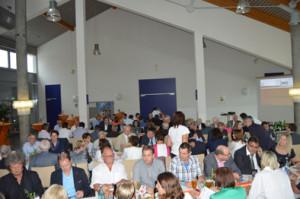 Im gutgefüllten Foyer der Bürgstadter Mittelmühle feiert die UWG ihr 50-jähriges Bestehen
