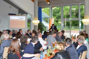 die Gäste lauschen gespannt den Ausführungen von Holger Reinfurt